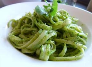 Pesto Rezept aus Feldsalat